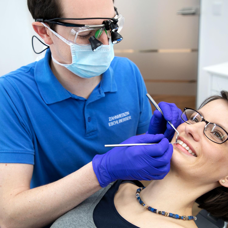 Zahnarzt Franz Eschlberger am Behandlungsstuhl mit einer Patientin